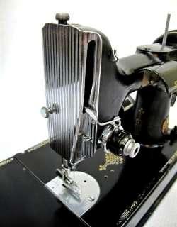 VINTAGE 1950 SINGER FEATHERWEIGHT SEWING MACHINE & ACCESSORIES w CASE